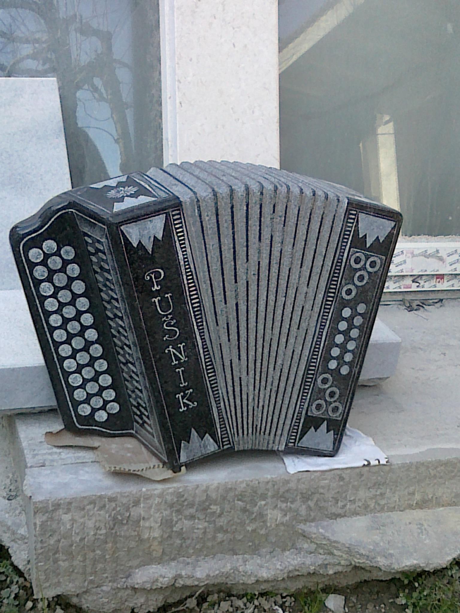 harmonika izklesana iz granita