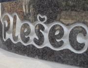 reliefni klesan napis
